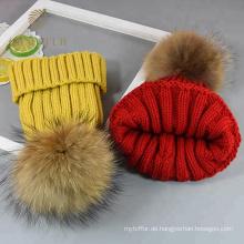 Moderner dicker gelber runder Wollhut für den Winter
