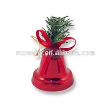 Стене висят рождественские украшения колокол