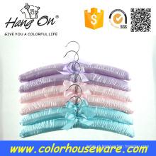 cabide de cetim colorido para roupas
