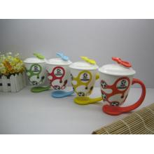 Taza de café de color con tapa