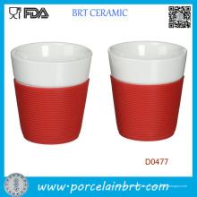 Taza de cerámica blanca al por mayor con la manga del silicón