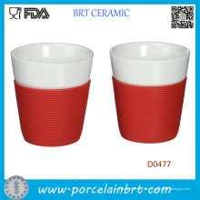 Tasse en céramique blanche en gros avec la douille de silicone