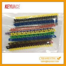 Clip plástico colorido en marcadores de cable
