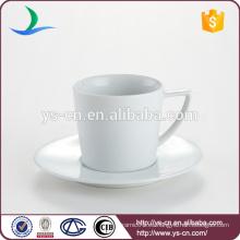 Taza de cerámica clásica de porcelana con soporte de platillo