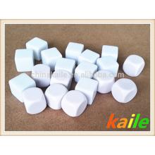 Dados blancos en blanco plástico