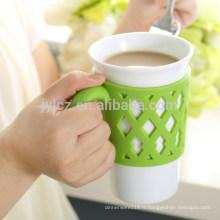 Tasses en gros de 15oz avec la poignée de silicone, tasse en verre de porcelaine en gros directe d'usine