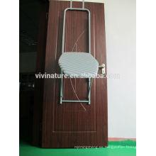 Sobre la puerta cuelga el tablero de iorning