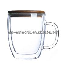 Capa doble del vidrio verde en la taza con la cubierta de bambú
