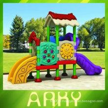 Aire de jeux en plastique pour enfants en arrière-cour