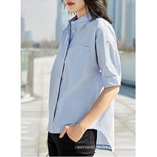 Camisa azul claro de manga corta para mujeres con cuello redondo