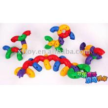Brinquedo colorido dos blocos da tubulação