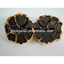Ajo negro puramente natural, alimento sano y verde