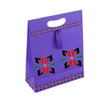 Sacs en papier cadeau de conception personnalisée découpés avec des vêtements