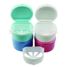 Boîte de rangement à denture: nettoyer les dents fausses