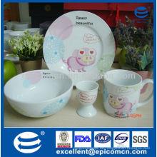 Reizendes rosafarbenes Schweinentwurf 4pcs keramisches Tafelgeschirr für Frühstückgebrauch mit Plattenschüsselbecher und Eierhalter
