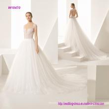 un precioso vestido de novia de tul natural con un corte vasco y encantador corazón a través del cinturón de malla y escote sin respaldo original