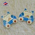 Esmalte de goma niños embrague insignia encantadora con logo