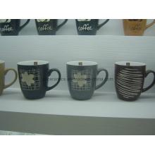 Keramische Tasse mit geprägtem Muster