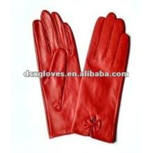 Модные красные перчатки