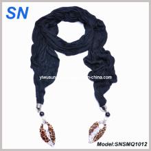 Bufanda embellecida negra con el colgante de la hoja (SNSMQ1012)