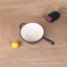 Utensílios de cozinha um lidar com panela de leite