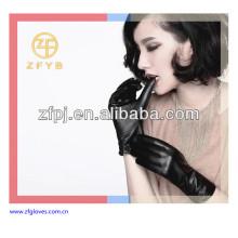 Moda que usa guantes de cuero de las señoras Reino Unido