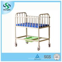 Детская кроватка для младенцев в больнице