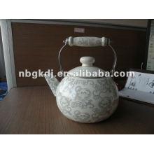 tetera de esmalte de porcelana con mango de madera y diseño completo