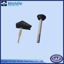 Produto de moldagem por injeção de plástico com uma inserção de metal