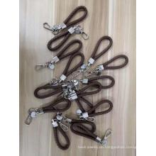 Personalisierter Schlüsselanhänger aus Metall und Leder