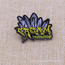Su insignia de pin de esmalte suave de níquel negro personalizado de forma
