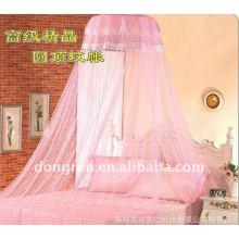 Princesse blanche romantique et élégant accroche la moustiquaire sur le dôme