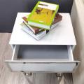 klarer und weißer Nachttisch