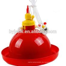 Huhn-Wasser-Brunnen-Schüssel und Plastikhuhn-Zufuhren und Trinker