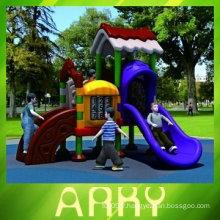 Équipement de loisirs en plastique pour enfants en arrière-cour