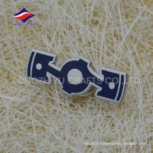 Emblema especial em metal irregular banhado a prata personalizado