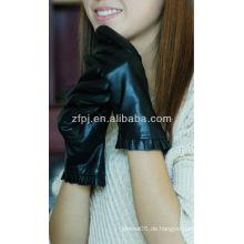 Art und Weisedame, die reizvollen ledernen Handschuh trägt