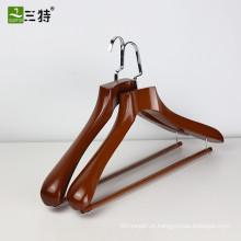 cabides de madeira dos ternos da exposição feita sob encomenda da qualidade da parte alta