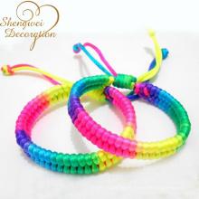 brazalete trenzado con cordón colorido