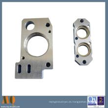 Precisión CNC que trabaja a máquina piezas de aluminio y plástico