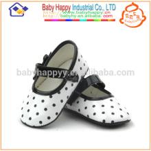 Muchachas lindas que bailan los zapatos Zapatos baratos estupendos del bebé
