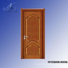Porta de madeira do quarto do hotel