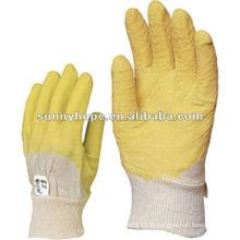 Finition en crypte latex recouverte de gants en poitrine en tricot