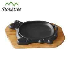 Gusseisen brutzelnder Pan mit Tablett