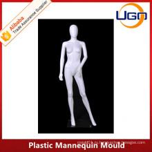 Элегантная женская пластиковая манекена в матовом белизне