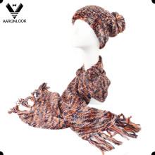 Écharpe et chapeau en tricot multicolores colorés à l'intérieur de la dame
