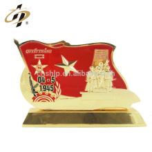 En gros pas cher personnalisé métal drapeau rouge forme victoire jour souvenir métal trophée fabriqué en Chine