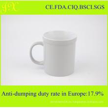 Taza de café de cerámica blanca de alta calidad en vidrios coloreados