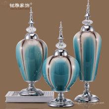 vases en porcelaine en poudre couleur avec couvercle en fer intemporel et support en métal à vendre