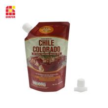 Chili-Sauce, die herausgespritzten Stand-up-Beutel verpackt